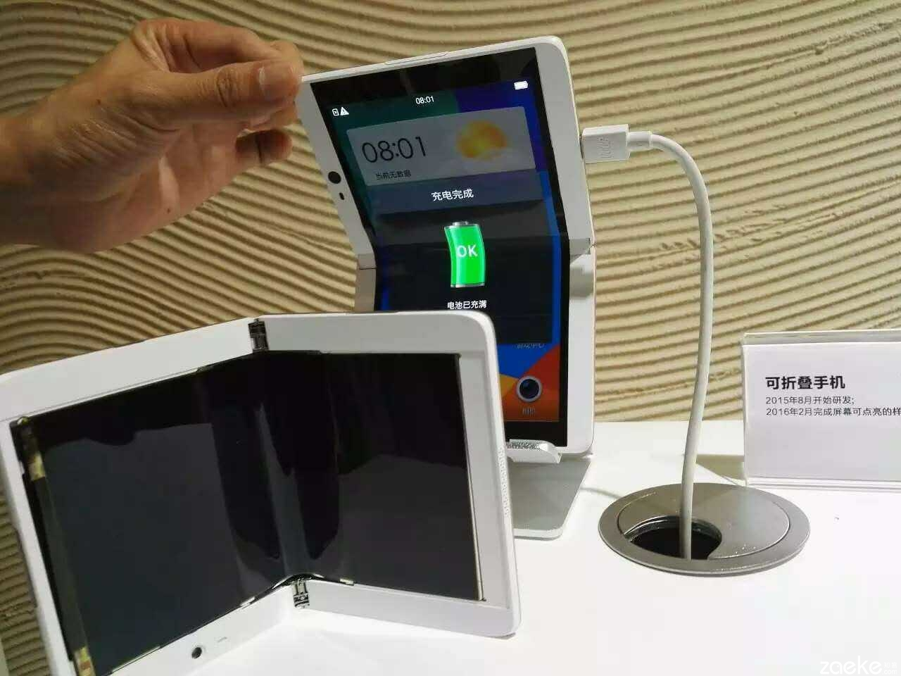 Oppo-folding-mobile-device Oppo prezinta un telefon ce ne aminteste de cele cu clapeta, marea diferenta fiind ecranul tactil pliabil din interior!